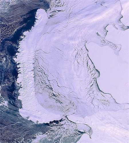 Hình ảnh này chụp khu vực vòng Bắc cực bởi vệ tinh Envistat một tháng trước khi nó mất liên lạc với ESA. Quần đảo Novaya Zemlya là phía bên trái và đại lục Nga là phía bên phải.