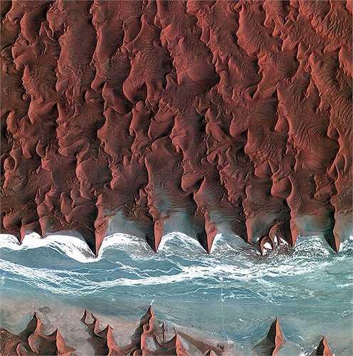 Đây là những cồn cát của sa mạc Namib được chụp bởi vệ tinh Kompsat-2 của Triều Tiên. Các khu vực màu xanh và trắng là lòng sông khô của sông Tsauchab.