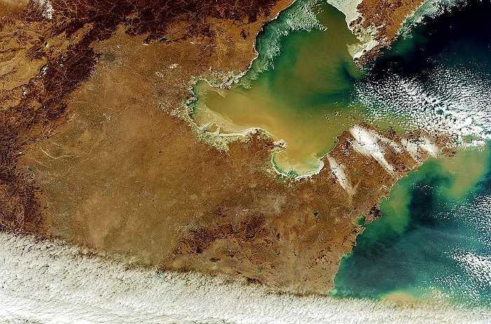 Bức ảnh này chụp ở khu vực Hoa Bắc nhìn thấy được sông Hoàng Hà chảy về biển Hoàng Hải. Bắc Kinh và Tanjing được tô vòng tròn ở phần trung tâm phía trên của bức ảnh.
