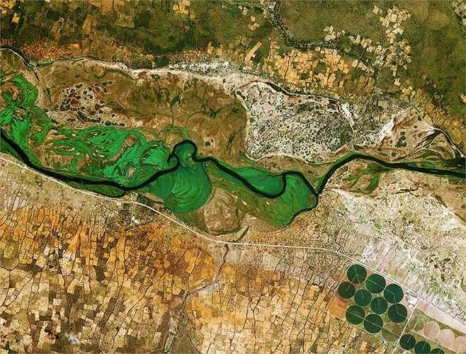 Sông Okavango chạy từ Angola tới Botswana và đánh dấu biên giới giữa Namibia và Angola.