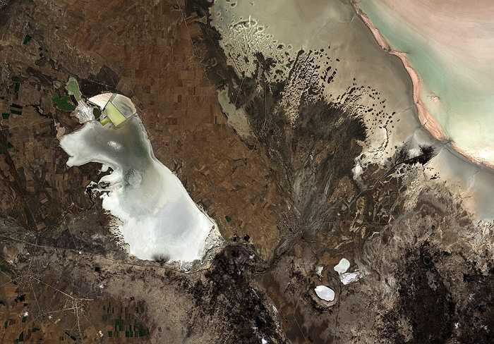 Đây là cao nguyên trung tâm tại Anatolia, Thổ Nhĩ Kỳ. Hồ lớn thứ hai của Thổ Nhĩ Kỳ - Hồ Tuz - ở phía bên phải. Trong suốt mùa hè, nước hồ rút xuống để lộ ra một lớp muối rất dày.