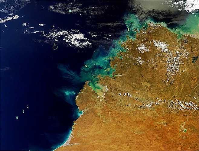 Đây là khu vực Kimberley của Tây Úc. Phần trên dưới bên trái là các rạn san hô Rowley Shoals và phần dưới bên phải là Hồ Argyle, hồ nhân tạo lớn nhất của Úc.