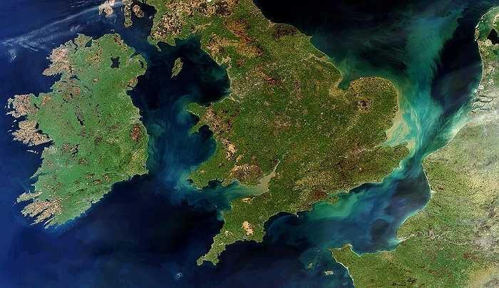 Đây là một trong những tấm hinh hiếm hoi nhất chụp được cả Ireland, Anh và Pháp mà không 'vướng' bất kỳ đám mây nào. Các xoáy màu xanh và nâu là trầm tích di chuyển xung quanh.