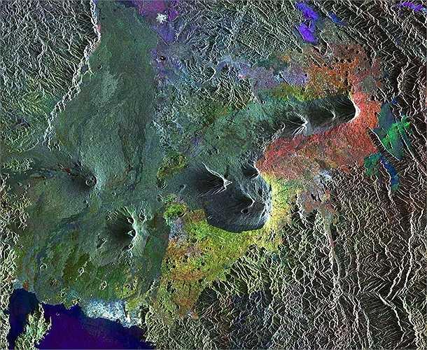 Đây là những dãy núi Virunga ở Rwanda, một dãy núi lửa rất nguy hiểm mỗi lần nó hoạt động.