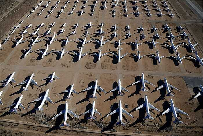 Hàng ngàn máy bay nằm la liệt trên bãi đất khô rộng lớn. Khí hậu khô của vùng này giúp máy bay không bị ăn mòn. Ngoài những chiếc máy bay nhỏ còn có máy bay Boeing 747 kích thước lớn