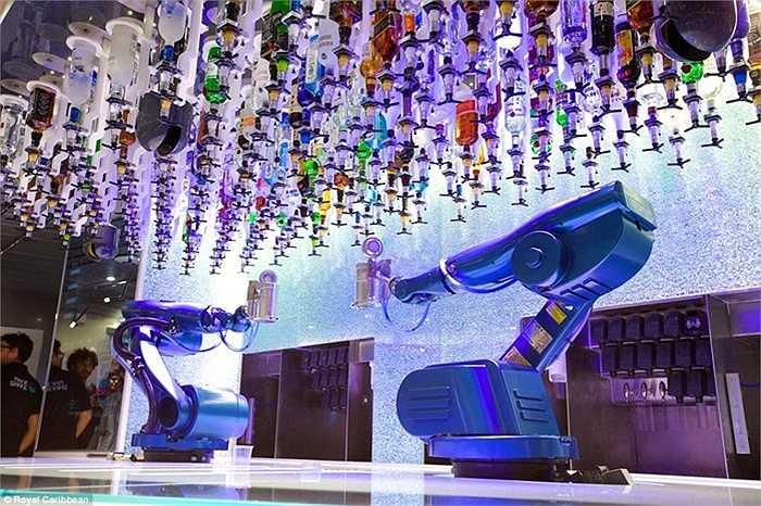 Các du khách sẽ có cơ hội được trải nghiệm những dịch vụ đặc biệt trên tàu như robot pha chế cocktail với những nguyên liệu đặc biệt