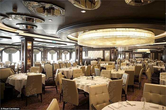 Nhà hàng Grande với không gian sang trọng sẽ phục vụ du khách chu đáo bằng phong cách cổ điển