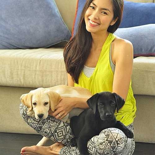 Tăng Thanh Hà nổi tiếng là nữ nghệ sỹ cưng nựng thú cưng. Hiện nay, cô đang nuôi hai chú chó với 2 màu đối lập và đặt tên chúng là Molly và April.