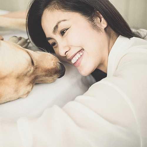'Ngọc nữ của điện ảnh Việt' thường xuyên đăng tải hình ảnh cún cưng trên trang cá nhân. Cô gọi chúng là 'Con yêu của mẹ' và luôn thoải mái vui đùa, tắm táp và thậm chú ngủ chung với chó cưng.