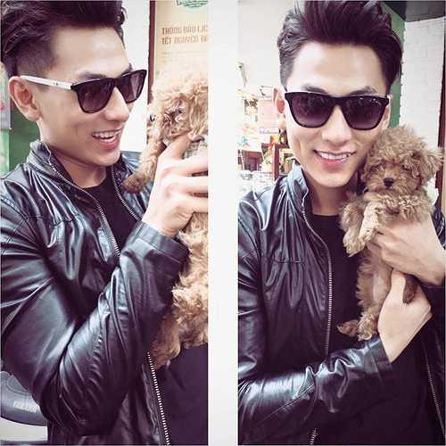 Isaac cưng nựng và ôm chặt chú cún nhỏ có màu socola mà anh đang nhận nuôi. Nguồn: Dân Việt