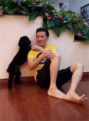 Đàm Vĩnh Hưng cũng rất thích vui đùa cùng chó cưng mỗi khi có thời gian rảnh. Nam ca sỹ đặc biệt yêu mến chú chó đen tên Chloe của học trò Dương Triệu Vũ.