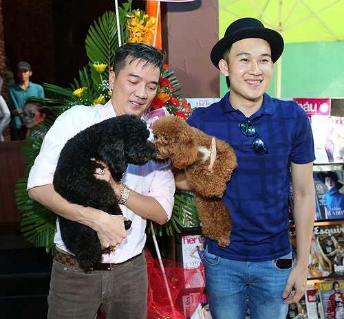 Tuy chia sẻ 'con chung' với Mr. Đàm nhưng chính Dương Triệu Vũ là người nuôi nấng và huấn luyện cả hai chú chó giống Poodle - Chloe và Charlie trở nên thông minh, nhanh nhẹn như hiện nay