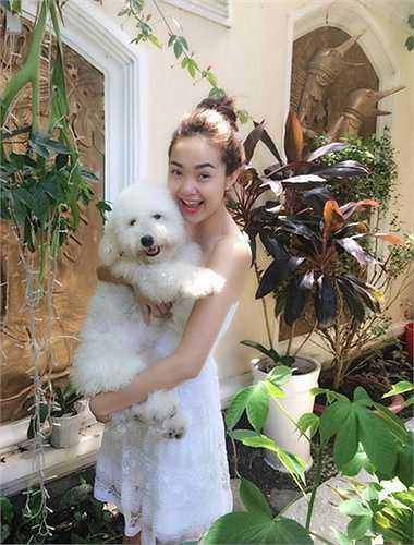 Minh Hằng cũng là một trong những nghệ sỹ rất yêu thích chó cảnh. Hiện nay, cô đang nuôi một chú cún có tên Santa do MC Quốc Bình tặng.