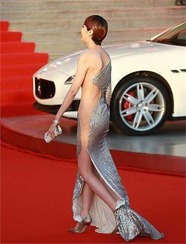 Với chiếc váy bó có những đường cắt táo bạo cùng lớp vải voan màu nude, ở một số góc nhìn, Lam Yến như để lộ nửa cơ thể.