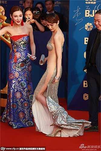 Phần đuôi váy dài cũng khiến người đẹp sinh năm 1990 gặp rắc rối không ít.