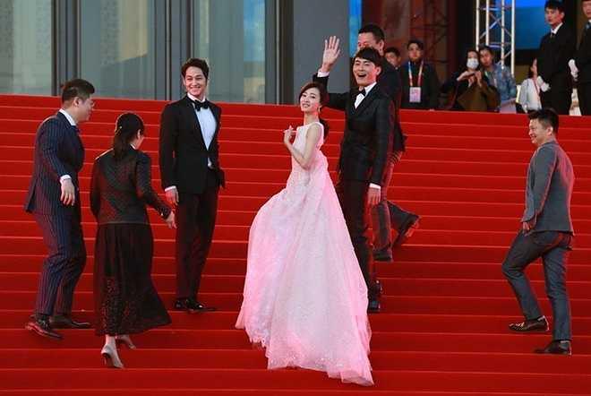 Đoàn làm phim Trùng sinh luyến nhân với sự tham gia của mỹ nam xứ Hàn Kim Bum (thứ 3 từ trái sang).