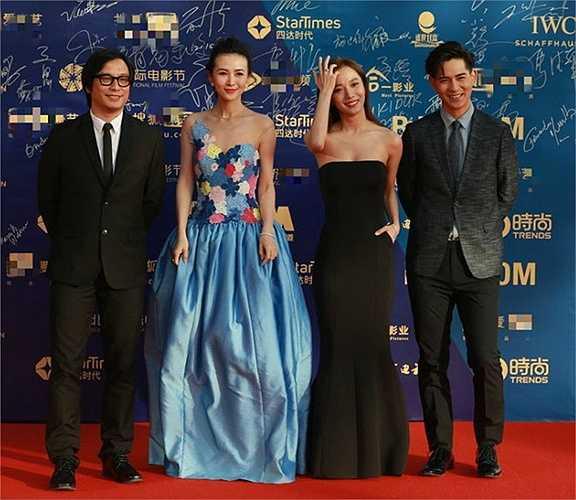 Đoàn làm phim của Vương Lạc Đan và Châu Du Dân.
