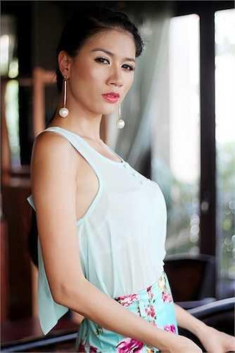 Cô cho rằng, người mẫu khó có thể giàu lên bằng nghề mẫu chân chính nếu không 'đi khách'.