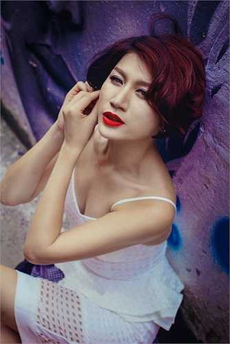Trang Khàn khi ấy bị chỉ trích nặng nề vì 'vạch áo cho người xem lưng', nói xấu nghề và tạo scandal để nổi tiếng.