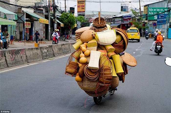 Những sản phẩm mây tre đan được xếp gọn gàng sau chiếc xe máy của người bán hàng ở Thành phố Hồ Chí Minh.