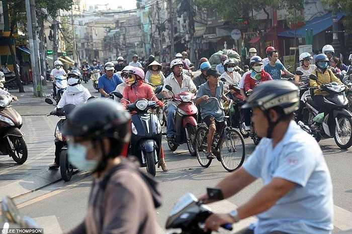 Xe máy là phương tiện phổ biến tại Việt Nam, với 37 triệu chiếc đang lưu hành trên khắp cả nước, trong khi số lượng ô tô chỉ vài triệu chiếc.