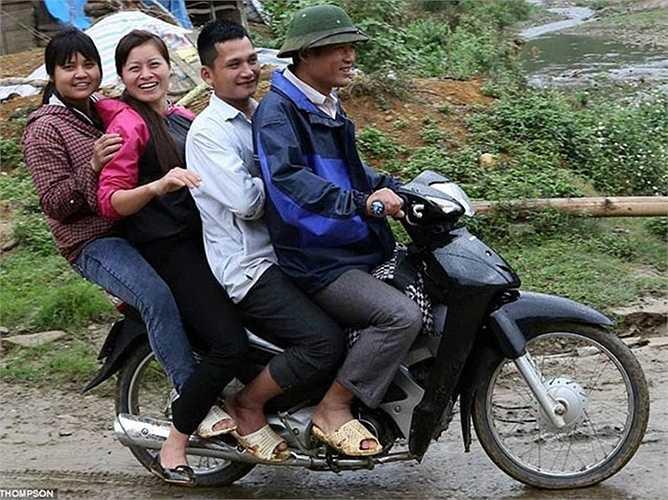 Xe máy còn được sử dụng như một phương tiện taxi 2 bánh tại nhiều vùng ở Việt Nam.