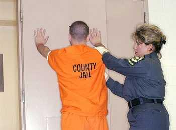 Quản giáo nhà tù: Mức lương trung bình của công việc này là 39.163 USD/năm và khả năng phát triển nghề nghiệp là 4,6%.