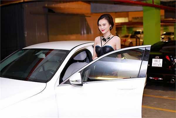 Chiếc váy của Cao Thùy Linh còn gây 'nhức mắt' từ thiết kế dây ngực trễ một cách tinh tế, giúp cô vừa khoe được vòng eo 'con kiến', vừa tôn lên được vòm ngực đầy đặn, nóng bỏng của mình
