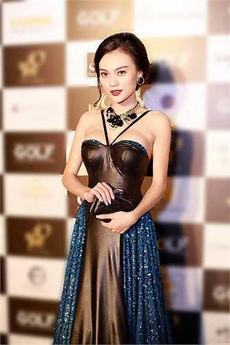 Cao Thùy Linh cũng là cái tên được công chúng lẫn truyền thông quan tâm, khi liên tục góp mặt ở những sự kiện giải trí trong vai trò khách mời, cũng như trở thành gương mặt đại diện cho các thương hiệu, chụp ảnh tạp chí và quảng cáo.