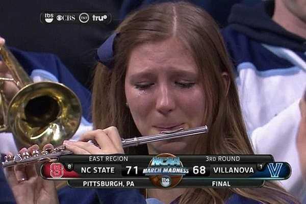 Bức ảnh này chụp lại hình ảnh một cô gái xinh đẹp đang hết sức buồn rầu sau khi trường Đại học Villanova bị loại khỏi giải đấu bóng rổ NCAA năm nay. Bức ảnh đã nhanh chóng thu hút sự chú ý của cộng đồng mạng và được lan truyền rất nhanh.