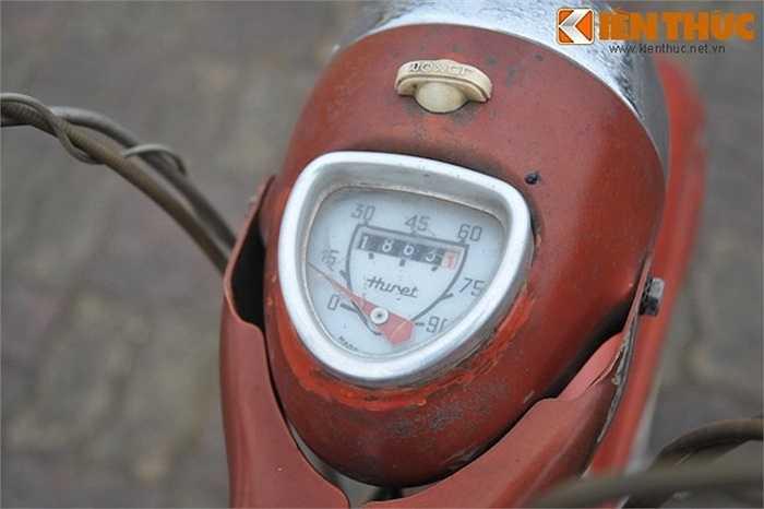 Đồng thời xe còn có một đồng hồ tốc độ nhỏ gắn trên choá pha.