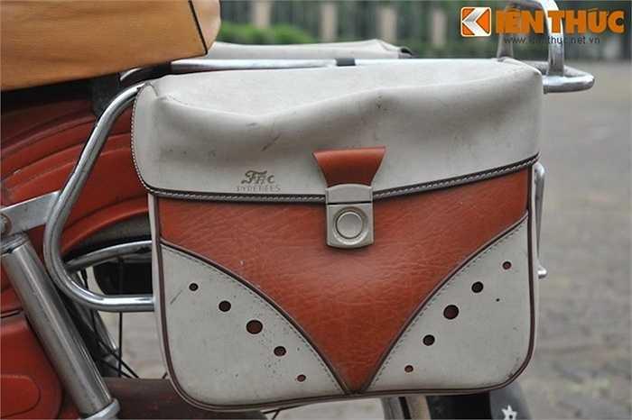 2 túi da phía sau cũng là hàng 'theo xe', được sản xuất bởi hãng Pyrenees.