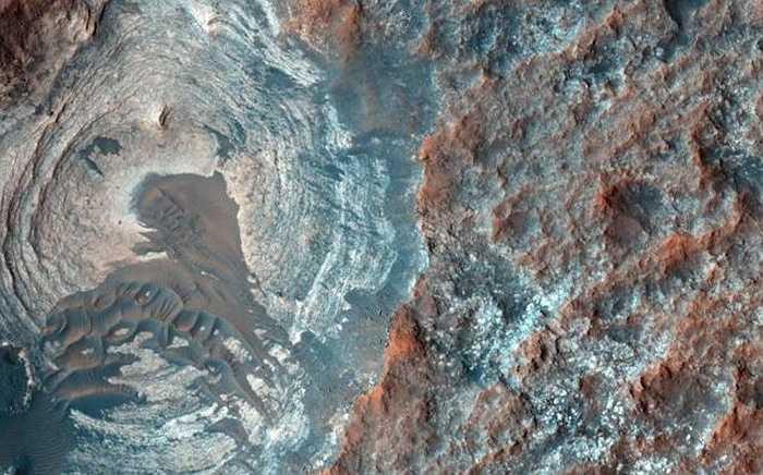 Mới đây tàu thăm dò của Nasa đã chụp đuợc hình ảnh màu, cận cảnh, rõ nét về bề mặt của hành tinh Đỏ