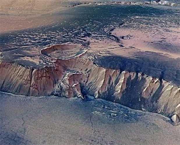 Bức ảnh chụp một thác nước trên sao Hỏa cao 4000m