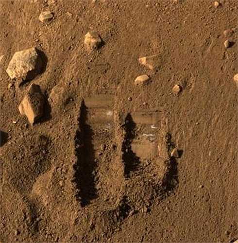 Một hố đất nhỏ do tàu thám hiểm đào
