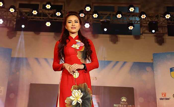 Nữ sinh ĐH Hutech thể hiện vẻ đẹp dịu dàng, đằm thắm trong bộ trang phục áo dài truyền thống