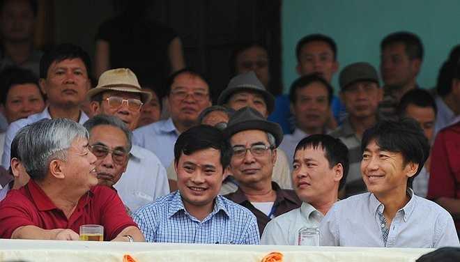 HLV trưởng đội tuyển Việt Nam được chào đón nồng nhiệt khi dự khán trận đấu Thanh Hóa vs B.Bình Dương.
