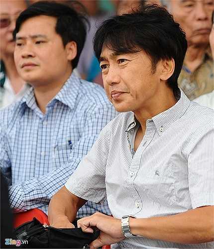 HLV Miura nhăn nhó khi bị đau họng nhiều ngày nay nhưng chưa thể chữa khỏi.