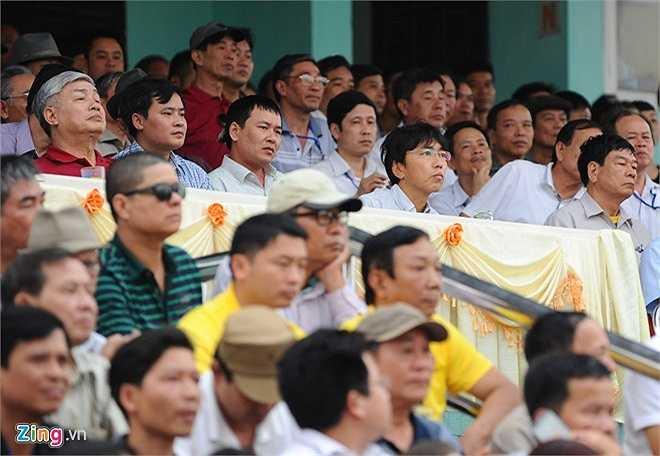 Nhà cầm quân người Nhật chăm chú quan sát diễn biến trận đấu. Ông còn hơn một tuần nữa để chốt danh sách triệu tập U23 Việt Nam (dự SEA Games 28) và ĐTVN (dự vòng loại World Cup 2018).