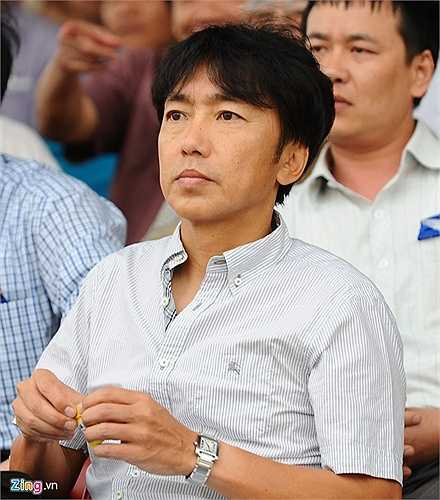 Tranh thủ giờ nghỉ, HLV Miura ngậm kẹo gừng để giảm bớt những cơn ho dai dẳng. Tuy nhiên, đến cuối hiệp 2 trận đấu ông đã rời sân sớm. (Nguồn: Zing.vn)