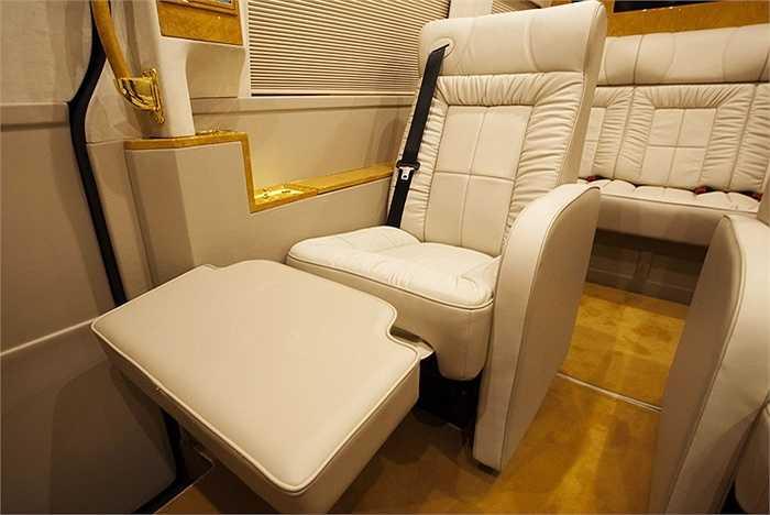 Xe có 3 chỗ ngồi, với ghế ngồi sau cùng có thể ngả thành giường rất tiện lợi