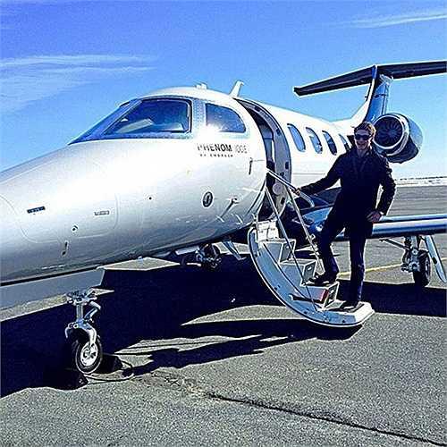 Một chàng trai con nhà giàu chuẩn bị đi du lịch bằng máy bay cá nhân. Ảnh chụp trước khi khởi hành