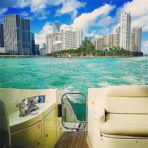 Đi chơi trên du thuyền sang trọng, lướt qua những phong cảnh đẹp