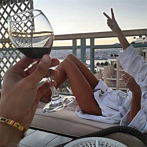Thưởng thức những đồ ăn, thức uống đắt tiền, view khách sạn tuyệt đẹp, thoải mái để thư giãn sau những giờ làm việc mệt mỏi