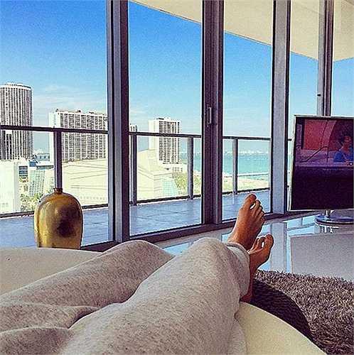 Nghỉ ngơi trong khách sạn đắt tiền, không gian toàn kính, ngắm cảnh thơ mộng bên ngoài