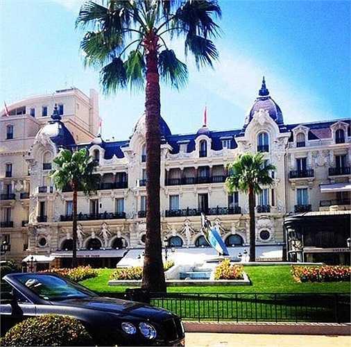 Khách sạn hạng sang, dịch vụ xa xỉ, xe hơi đưa đón tận nơi