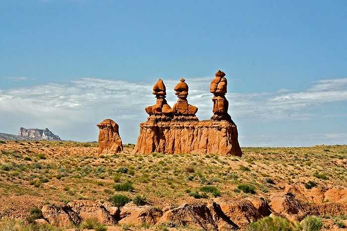 Công viên quốc gia Goblin Valley thuộc sa mạc ở bang Utah (Mỹ) có nhiều ụ đá mềm hình thù kỳ lạ trong đó phần nhiều giống hình cây nấm