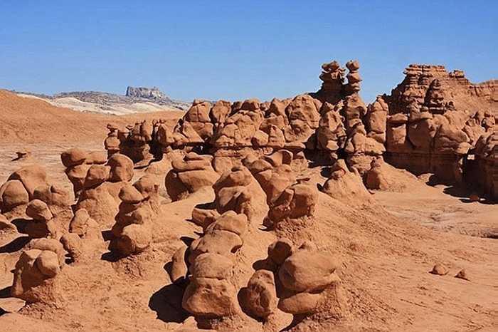 Sự hình thành những hình thù kỳ dị này do xói mòn khối sa thạch hàng triệu năm trước