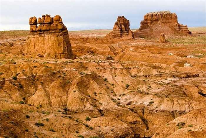 Các cấu trúc địa chất đặc biệt này với tên gọi hoodoos. Chúng thực chất là các khối đá tuơng đối mềm bị nước, gió bào mòn để lại hình dạng như hiện nay