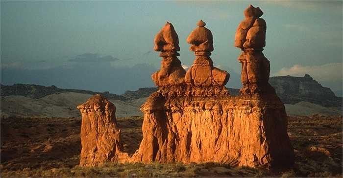 Khu vực này còn đuợc gọi là thung lũng nấm vì các hinh thù cao giống cây nấm mọc lên giữa sa mạc. Nơi đây đuơc các cao bồi chăn gia súc tìm ra, năm 1964 đuợc công nhận là công viên quốc gia